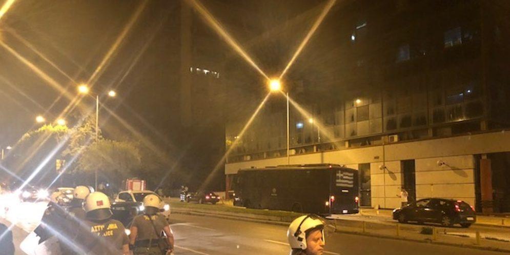 Επίθεση με μολότοφ σε λεωφορείο ΜΑΤ Θεσσαλονίκης